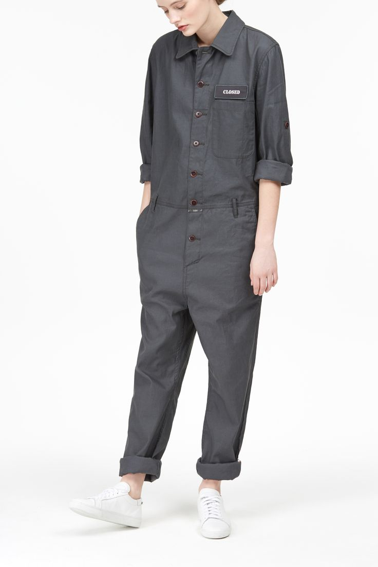 New in: 'Unsisex Mechanic Linen Jumpsuit'. Jumpsuit made of a high-quality cool linen cotton mix with a subtle shine and a light wash. Top with lapel collar, patch chest pocket and detachable logo. Pants with French pockets. Button border.
