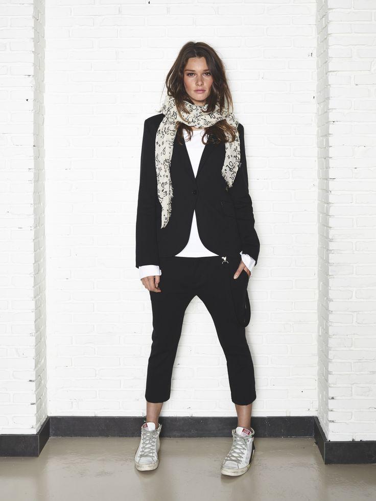 zwarte broek, witte top, zwart jasje zilveren schoenen en zilver sjaaltje