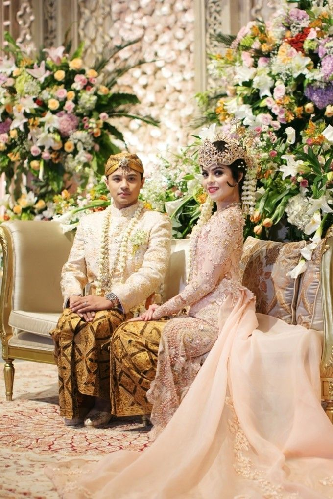 Sundanese wedding outfit | A Multicultural Wedding With Lavender And Peach Shades | http://www.bridestory.com/blog/a-multicultural-wedding-with-lavender-and-peach-shades