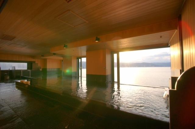 諏訪湖が一望できる展望風呂。  岩盤浴や貸切風呂も楽しめました。  上諏訪温泉 ホテル紅や [Hotel Beniya]-kamisuwa Onsen,Nagano,Japan