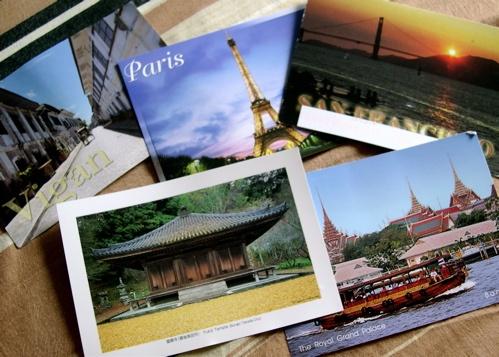 Un cartolina ricorda agli amici che anche se sei distante da loro, li pensi sempre.....