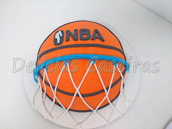 03 kg de bolo recortado e personalizado no tema de bola de basquete, no sabor de bicho de pé.