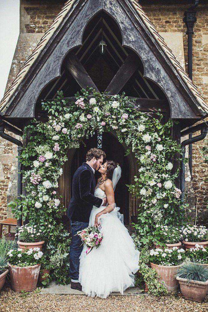 décoration église mariage religieuse, arche nuptiale de feuillages et de roses