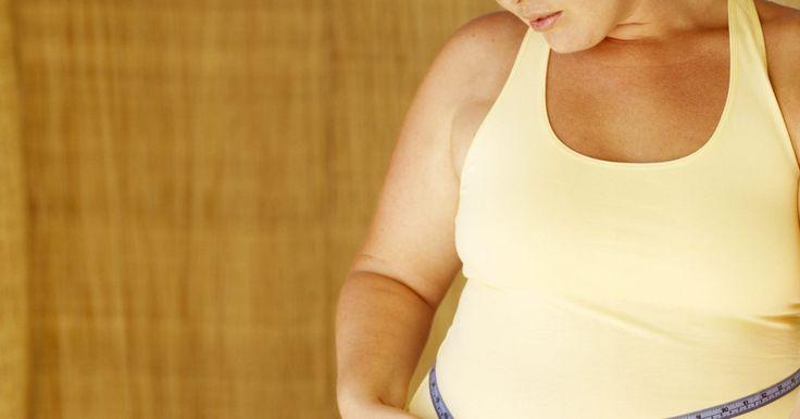 """Como remover gordura da região lombar. A gordura pode se acumular em qualquer parte do corpo. A que se estabelece na região lombar é bem comum em mulheres e homens. Geralmente referem-se a ela como """"pneuzinho do amor"""". Embora não seja possível escolher as áreas nas quais primeiro perderá peso, você perderá a gordura lombar se perder peso no geral. Existem também muitos tratamentos que ..."""