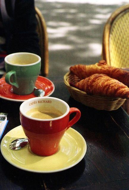 café & croissant à Pari