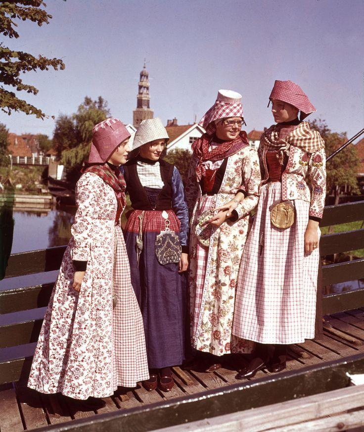 Klederdracht Hindeloopen, Friesland. Vrouwen in Hindelooper kostuum. Nederalnd, 1963.