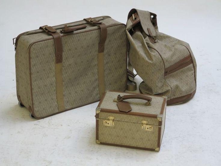 Dior Lot comprenant une moyenne valise souple, un sac à dos et d'un vanity en toile monogrammée et cuir naturel Valise: H: 47; L: 64; P: 16 cm Sac à dos: H: 72; L: 44 cm Vanity: H: 21; L: 33,5; P: 22 … - Millon & Associés - 10/10/2015