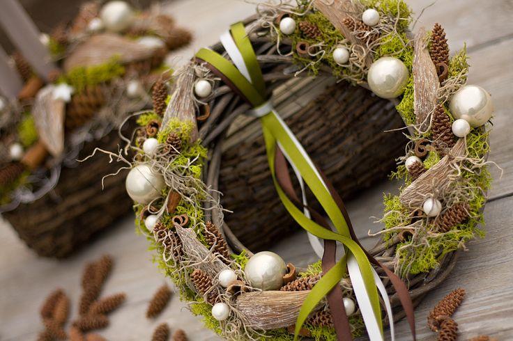 """Vánoční+věnec+""""Pod+smrkem""""+proutěný+věnec+s+islandským+mechem,+tilandsií,+baňkami,+exotickými+plody,+skořicí+průměr+věnečku+26cm"""