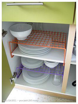 """Merkt man, dass ich weißes Geschirr mag? ;) (Eigentlich wollte ich auch nur eben zeigen, dass ich die geniale Idee hatte einfach zwei Unter-Regal-Körbe als """"Tellerständer"""" zu entfremden…"""