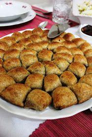 Bu mini mini börekçiklerin mübtelası olduk diyebilirim.Öyle ki bir nebze daha kolarisi az olsun diye tam buğday unlu milföy ile tarifi uy...