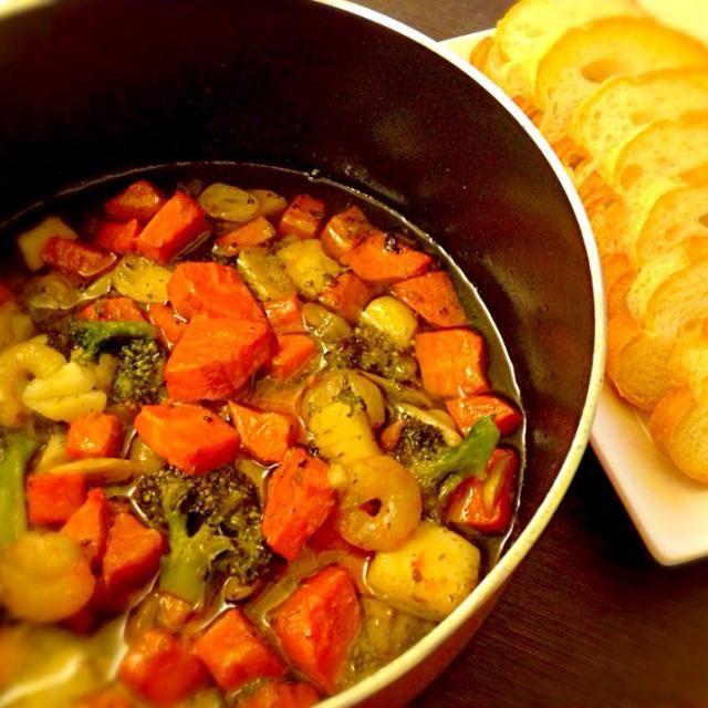 お鍋ごとです笑(o^^o)小さいサイズの土鍋みたいなので調理をオススメしますw - 12件のもぐもぐ - エビのアヒージョ♫ by tweety☆tomola