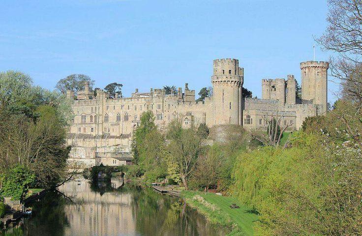 El castillo de Warwick es uno de los mas destacados ejemplos de castillos medievales, cuenta con mas de 1000 años de historia, el castillo fue reconstruido y fortificado por Guillermo el Conquistador en 1068, este famoso castillo es una gran atraccion en el Reino Unido, ya que durante siglos fue hogar de los mas poderosos condes de Inglaterra