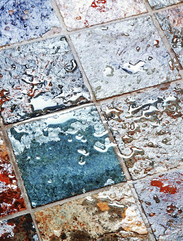 Monivärinen kivilaatta on kylpyhuoneen tyylikäs yksityiskohta. Pientalo ja piha 1/2014, kuva: Heikki Rautio
