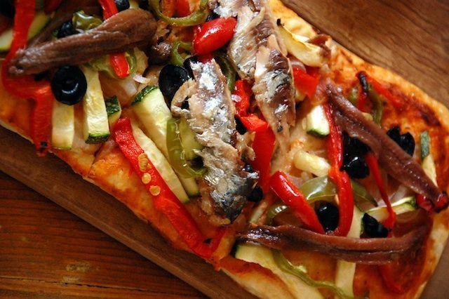 Coca de verduras con sardinas y anchoas   Deliciosa, sencilla y ligera. Ideal para compartir de aperitivo, o incluso de primer plato esta coca de verduras