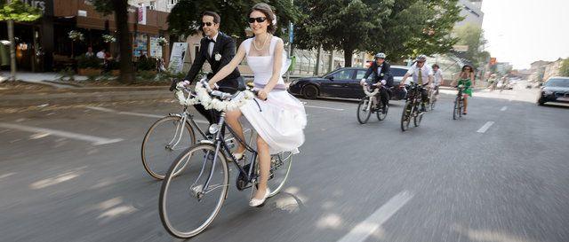 Oana și Silviu sunt bicicliști convinși. La fel și prietenii lor. Pentru ei, mai mult decât un hobby, mountain biking-ul este un stil de viață. Asa că în cazul lor, este poate mult spus că și-au ales o tematică: ei au fost pur și simplu naturali. Era normal să meargă cu toții la biserică cu bicla, cum altfel? Bineînțeles, cu o bicicletă cochetă, asortată hainelor de sărbătoare. Pe invitații, pe mărturii, pe mese, peste tot am regăsit, ca un laitmotiv, cele două cercuri magice.