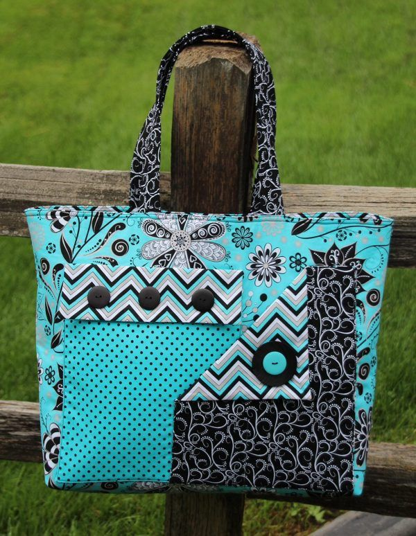 If you like pockets, you will really appreciate this bag. The two outside pockets overlap and show off two contrasting fabrics. Pick two of your favorite