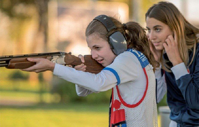Стендовая стрельба - это традиционный вид спорта, который с возрастающей популярностью входит в современную жизнь. Стрельба по летящим мишеням – тарелочкам – набирает любителей и профессионалов за счет своей доступности не только в плане клубов и школ, но и за счет бюджетного оборудования. Такая стрельба необходима для оттачивания навыков в стрельбе охотников и хороша для нестандартного отдыха, так как полна азарта. Тарелочки для стендовой стрельбы запускаются как горизонтально – имитируя…