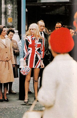 A photo shoot in London's Regent Street, 1967... #1960slondon #swingsixties…
