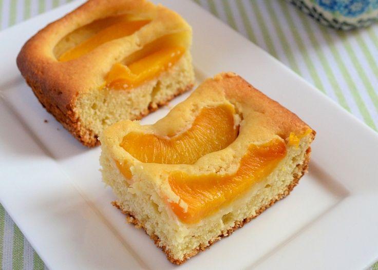 Een lekker recept om zelf perzik plaatcake te maken. Dit zomerse recept is eenvoudig te maken met een heerlijk frisse cake als resultaat.