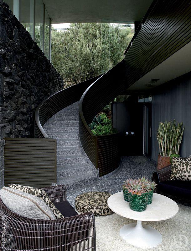 На террасе — плетеные кресла по дизайну Кеннета Кобонпью. Столик Tulip Эро Сааринена. Лестница из терраццо ведет в гостевые апартаменты.