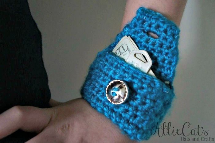 This little wrist pouch free crochet pattern works up in no time, using reflective yarn, and it perfect for holding small things, during your morning or evening jog. ༺✿ƬⱤღ✿༻
