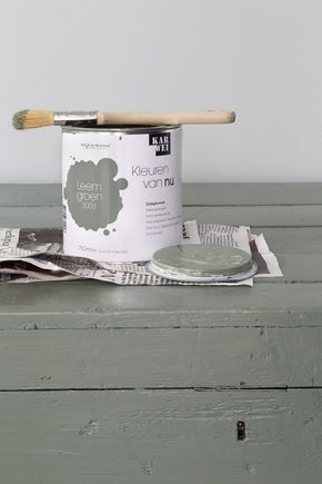KARWEI | Met deze leemgroene verf geef je je houten tafel een stoere uitstraling #verf   #kleur  #karwei