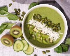 Green smoothie bowl aux kiwis, épinards, banane et noix de coco