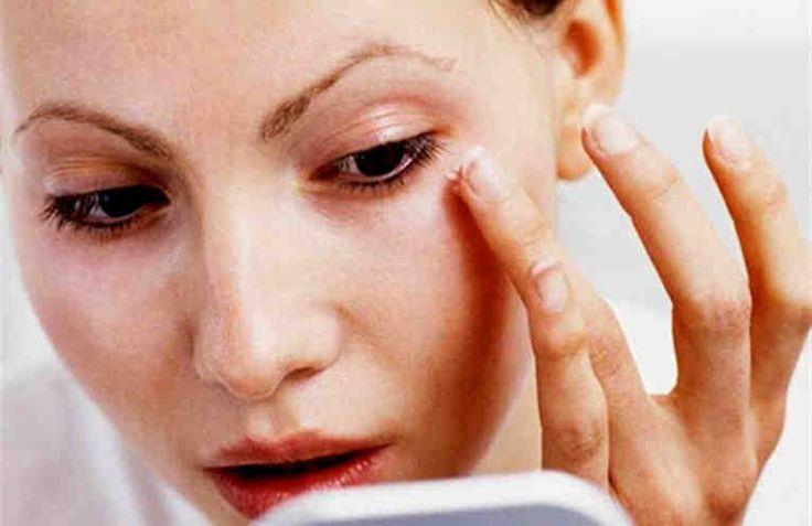 ¿Alguna vez te has preguntado si es posible rejuvenecer el rostro? Obviamente los milagros no existen, pero lo que sí podemos conseguir es aportar a nuestra cara más luminosidad, más tonicidad, más elasticidad.  Para esto muchas mujeres prefieren usar remedios naturales. Es para ellos y para a