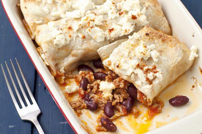 Des enchiladas prêtes en tout juste 25 minutes? Oui! Il suffit d'abord de garnir des tortillas d'un mélange de bœuf haché, d'oignon, de haricots, de sauce chili et de fromage Tex Mex râpé. La touche finale? Un peu de féta émietté leur donne encore plus de saveur!