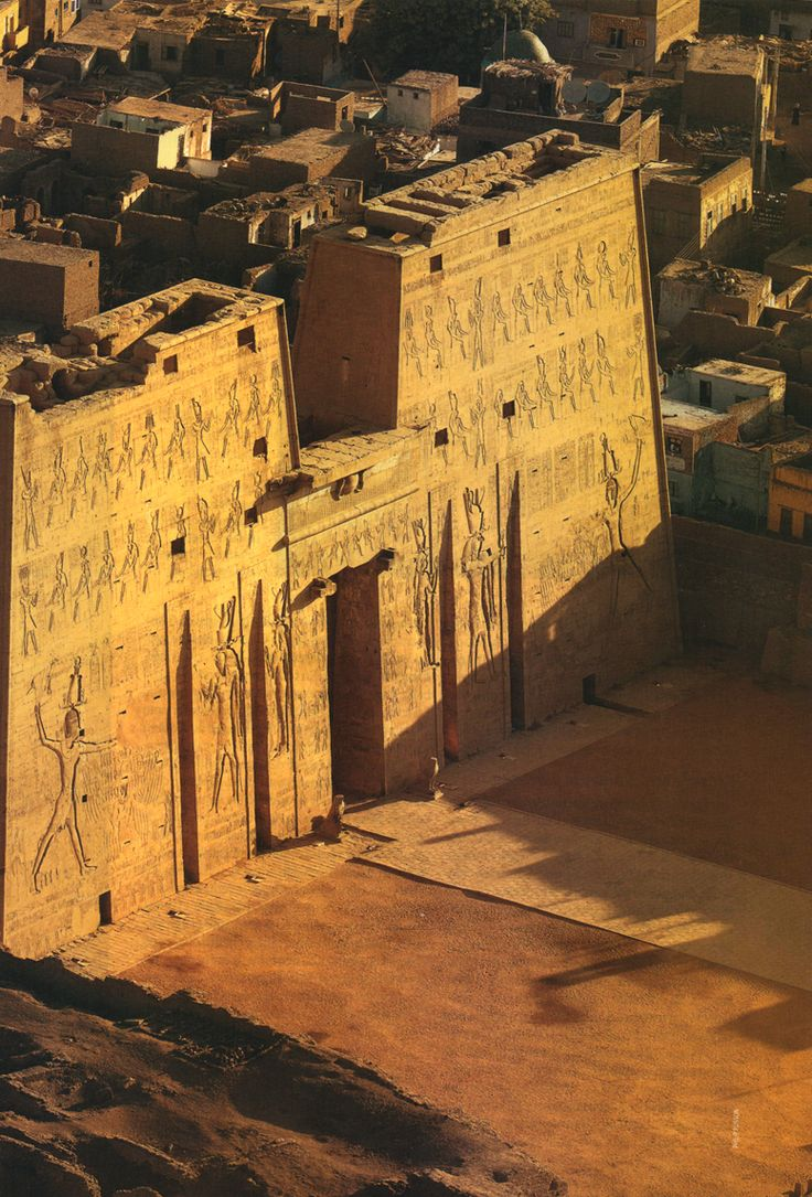 Templo de Horus em Edfú. Terminado 57 a.c. por Ptolomeo XII, pai de Cleopatra http://www.shivohamyoga.nl/ #egypt