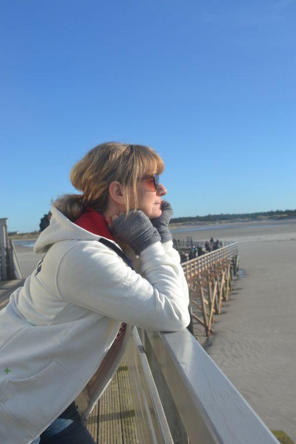 Pack Deinen KlabauerPulli ein… Hol Dir das Gefühl von Meer nach Hause. Kuschelweicher Strandsweater für einen kurzen Urlaub auf der Haut. Mit diesem kuscheligen Strandsweater weißt Du immer wo Backbord & Steuerbord ist. Kleine gestickten Kreuze in rot und grün an den Fronttaschen sind immer an Bord. Der KlabauterPulli aus allen 4 Windrichtungen betrachtet: offwhite – weiß gewolkt. hochwertige Stickerei in navy und rot auf der Vorderseite; Koordinaten von der Insel Amrum 54°39'N 8°20'O.