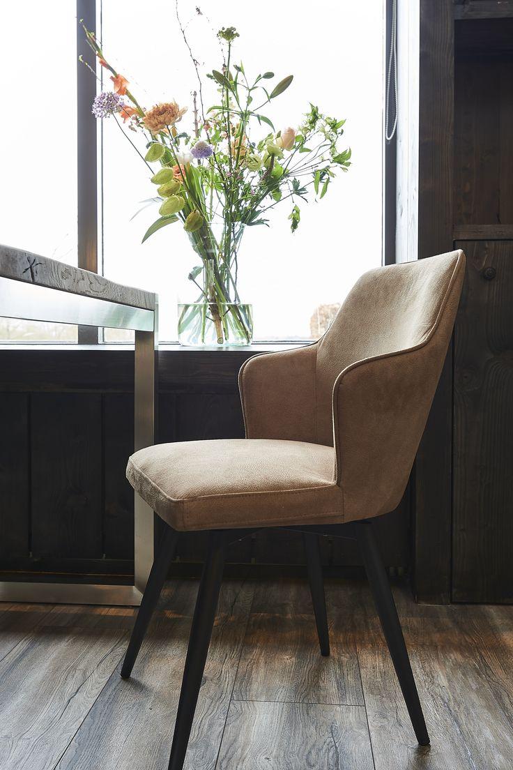 Trendy eetkamerstoel, in ecoleder! De stoel heeft een uniek draaisysteem!
