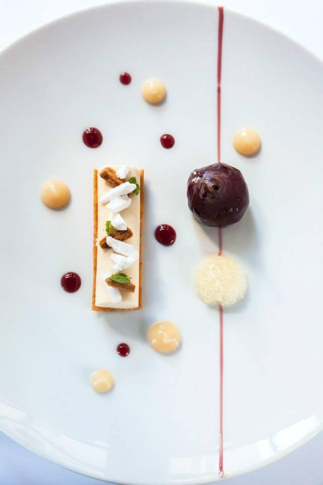 Poire Confite au Vin Rouge et Parfait Glacé