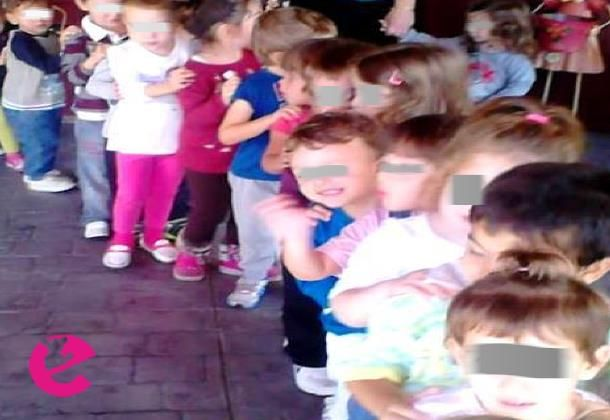 Τα παιδιά στέκονται όρθια σε κύκλο! Ο εκπαιδευτικός ανακοινώνει στα παιδιά ότι το τρένο της γνωριμίας ξεκινάει ταξίδι μακρινό, ταξίδι μαγικό... επειδή όμως στους επ�