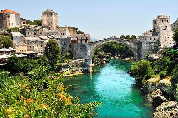 A ponte do século 16 é uma atração da cidade de Mostar, na Bósnia e Herzegovina