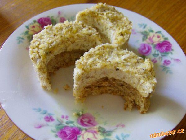 cukr s bílky ušleháme dotuha, zvlášť v misce ručním šlehačem rozšleháme máslo, až je do pěny, přidám...