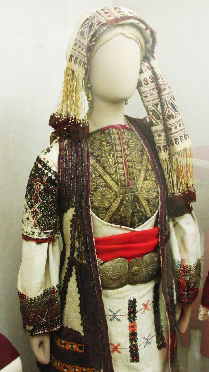 Παραδοσιακή φορεσιά απο την Περαχώρα Κορινθίας.(Εθνικό Ιστορικό Μουσείο,Αθήνα)/Traditional costume from Perachora,Korinthos,Greece(National-Historical Museum of Αthens)