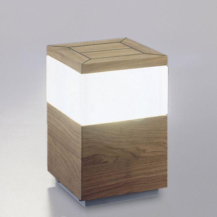 Queen Teak è una lampada da esterno a forma di tavolino pensata per il tuo giardino.