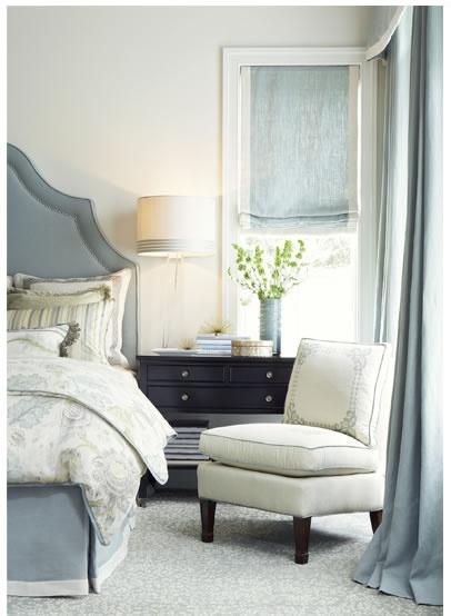 Matchande tyg på sängkappa, gavel och gardin