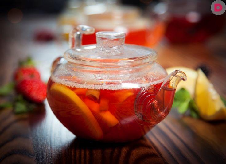 ЯБЛОЧНЫЙ ЧАЙ С АПЕЛЬСИНОМ И КОРИЦЕЙ Этот чай может стать любимым напитком для всей семьи, ведь он намного вкуснее, а главное, полезнее, чем обычные чаи из пакетиков. Готовить его не сложно, можно пить горячим или охлажденным. В любом своем виде он сохраняет прекрасные вкусовые и полезные качества.