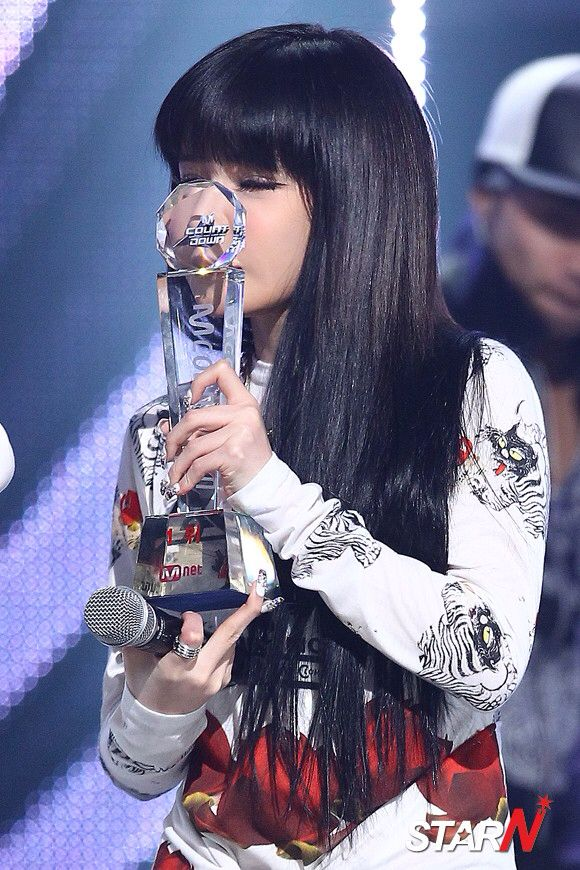 is top from big bang dating park bom Back in 2006, way before park bom debuted with 2ne1, big bang held a first showcase and park bom was featured in it as she sang 'we belong together' and 'forever with you' with g-dragon and top.