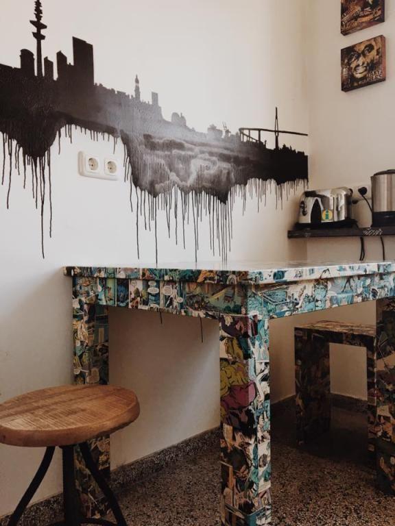 Eine Wirklich Coole Küche Gibt Es Hier Zu Sehen! Der Küchentisch Ist Mit  Comics Tapeziert Und Die Wand Wurde Besprüht! #cool #living #home #diy  #style #art ...