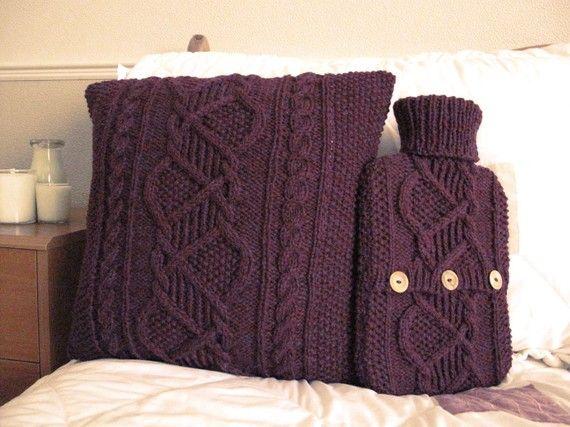Conjunto dormitorio de Bramble - funda de cojín y un suéter de botella de agua caliente / Cover - set de regalo - por AcrookedSAixpence - li...