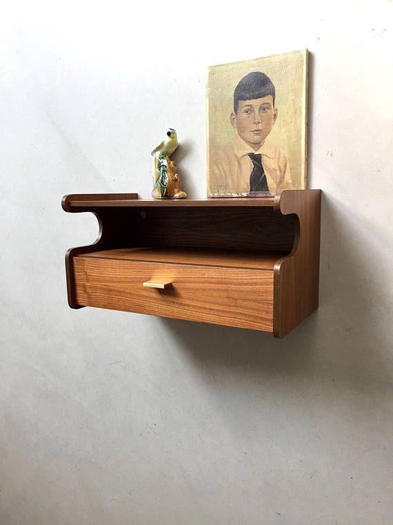 Vintage Wandregal aus Teak mit Schublade! Das kleine Regal ist ein Alleskönner! Du kannst es im Flur als Telefon und Schlüsselablage oder auch als Bücher und Blumenboard benutzen. Es findet überall seinen Platz und ist sehr dekorativ. Guter Zustand mit altersbedingten Gebrauchsspuren! Ohne