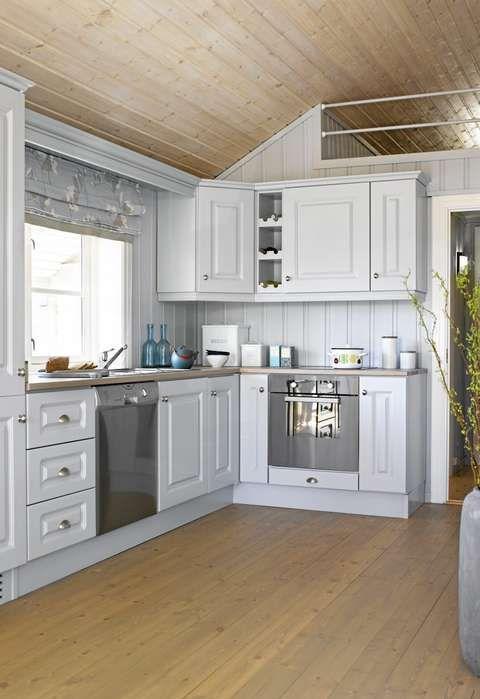 NYMALT KJØKKEN: Kjøkkenet fra N. Eggedal Hyttemøbel ble malt i sammeblågrå farge som veggene for å gi et helhetlig og harmonisk uttrykk. Knottene ble også byttet ut, og benken ble behandlet slik som gulvet.