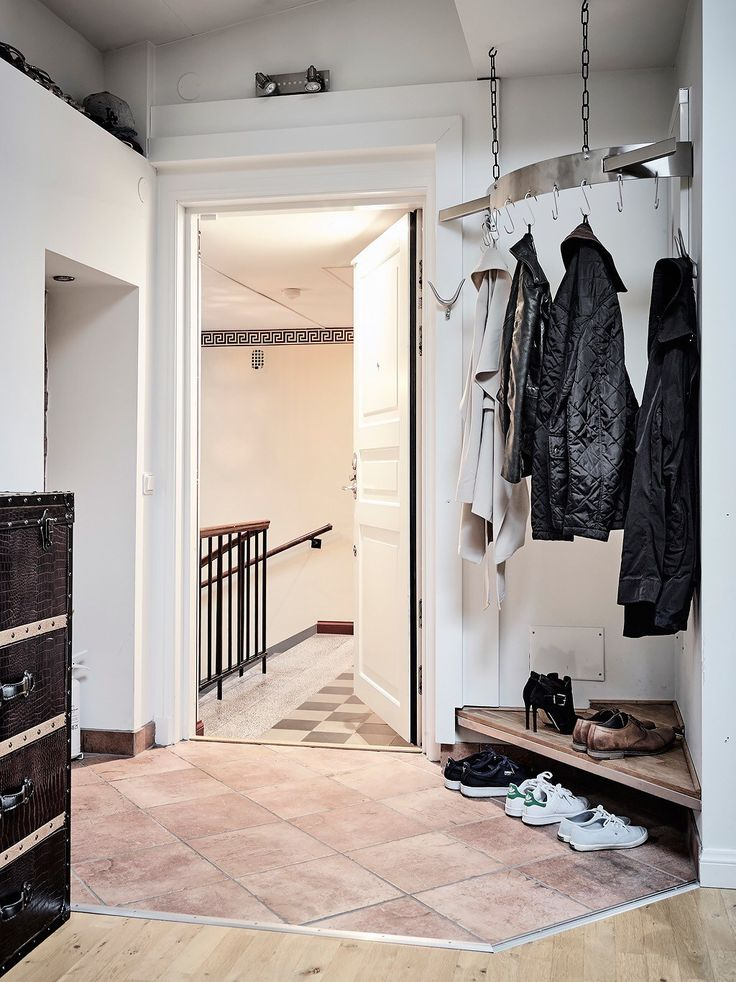 вешалка для одежды и полка для обуви