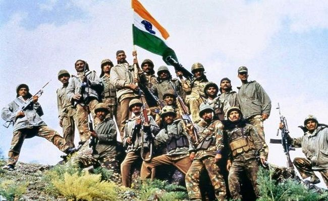 12 Pictures Of Indian Soldiers Hoisting National Flag Will Motivate You To Join Them In 2020 Indian Army Wallpapers Indian Army Kargil War