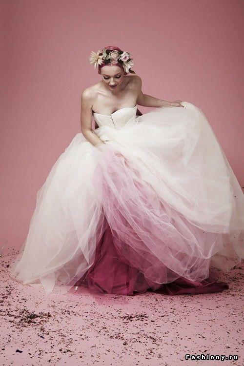 Тренд: свадебные платья с цветным подолом