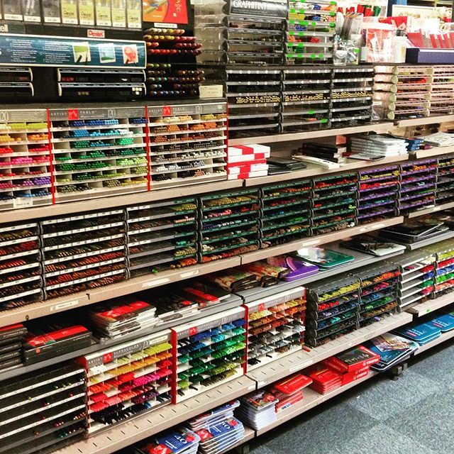 Geweldig breed assortiment #potloden zoals #grafiet #aquarel #pastel #kleurpotloden en natuurlijk nog veel meer van o.a. #carandache #derwent #fabercastell #stabilo #staedtler #conte #kohinoor #artsupplies #HaroldsGrafik #itlookslikeashopbutitsparadise