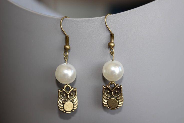 Boucles d'oreilles pendantes chouette bronze  perles  couleur nacre de la boutique EntreChicFille sur Etsy